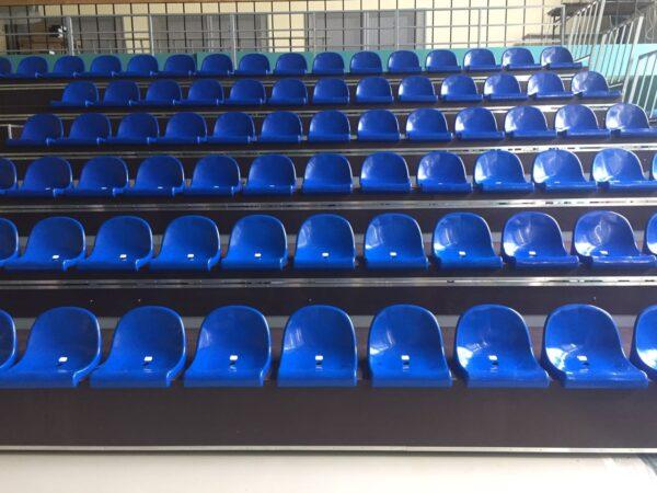 телескопическая трибуна с пластиковыми сиденьями